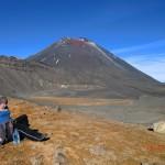 Tini vor Vulkanlandschaften