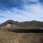 durch ein weiteres Plateau zwischen Vulkanen III (schwarze Lavazunge)