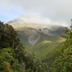Mount Taranaki (2518m) mit Spitze in Wolken