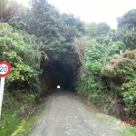 handgegrabener Tunnel zum Strand