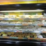 Blick in die Theken eines Bäckers