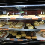 Blick in die Theken eines Bäckers III (Pie-Regal)