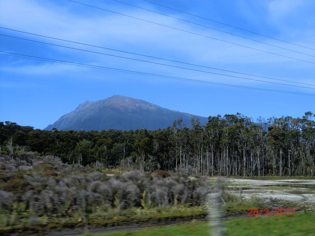 Berge, Wälder, Steppen und blauer Himmel im verregneten Westen
