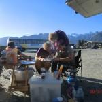 wir beim Frühstück aufm Parkplatz am Lake Matheson