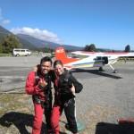 Malaysier und Tini bereit für den Skydive