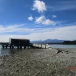 Okarito Lagoon: einsames Bootshaus auf Steg