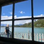 Okarito Lagoon: durchs Bootshausfenster