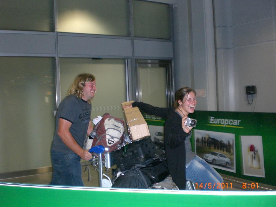 Ankunft in Frankfurt (Mama fotografiert uns)