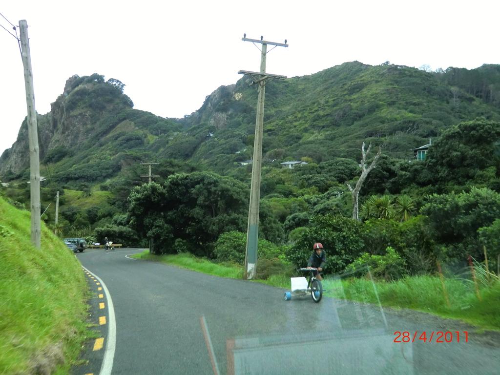 Rennfahrer auf einer Urwaldstraße hinter Karekare