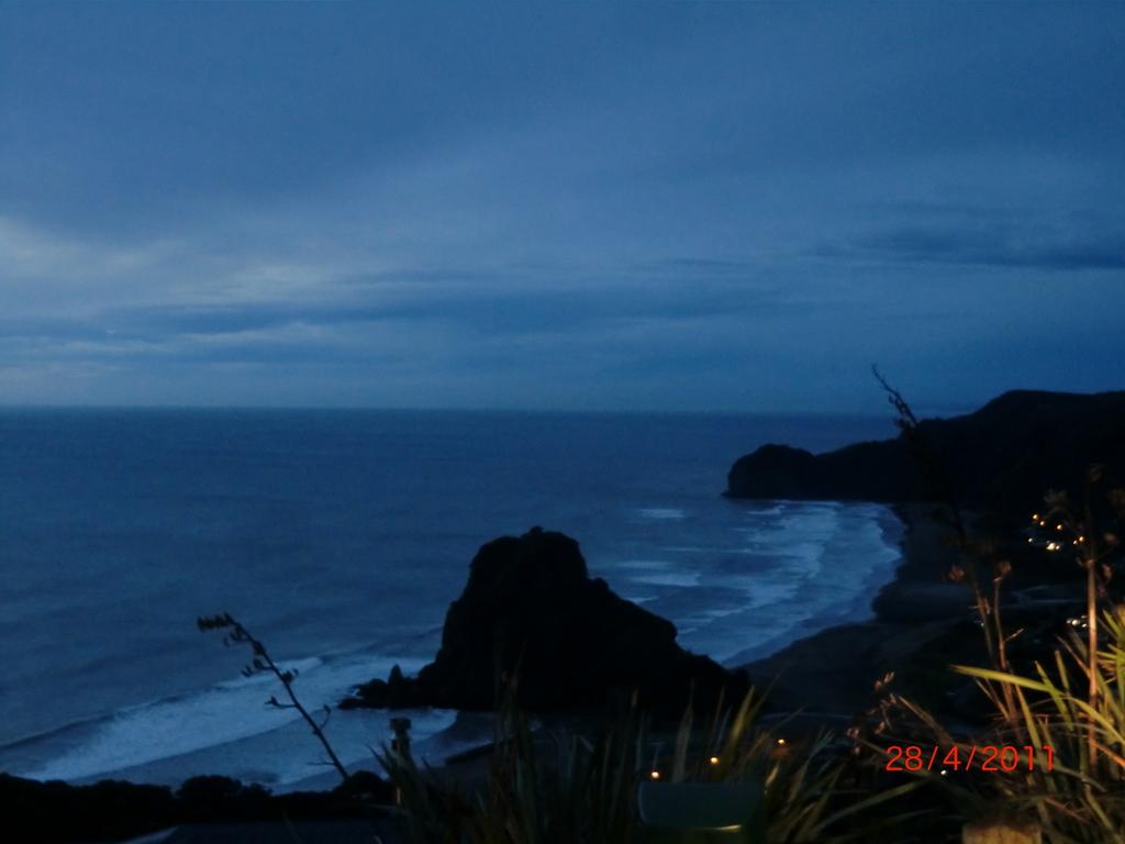 Piha Beach mit Lion Rock vom Lookout am frühen Abend