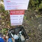 Protect Kauri Trees - Schuhbürste und Desinfektionsspray am Wanderweg