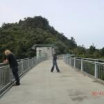 Walk zum Upper Huia Dam VI - Wolfi und Katja-Kerstin auf der Dammmauer