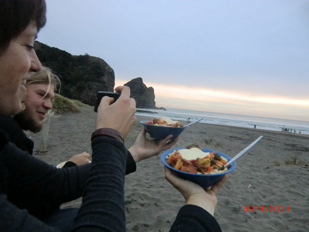 Abschiedsdinner am Piha-Beach: mit Katja, Butterchicken und Ale
