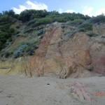 rot-bunte Felsen am Strand der Great Ocean Road zwischen Anglesea und Aireys Inlet