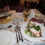 Da ist es: Wolfis kangaroo steak bloody!!! und meine Hühnerbrust mit Tomaten-Feta-Füllung