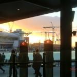 hastender Feierabendverkehr vor wundervollem Abendhimmel, Southern Cross Station, Melbourne