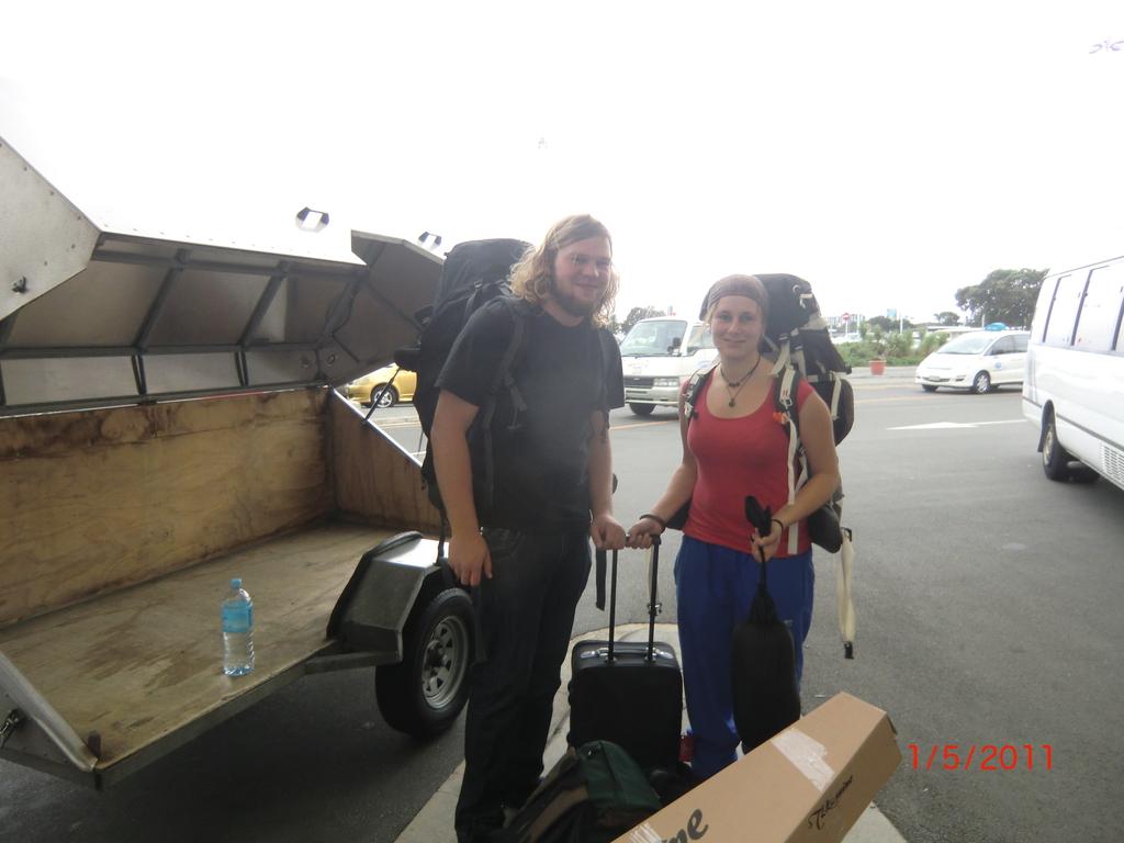 vorm Auckland Airport mit Sack und Pack